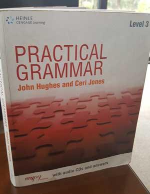 Um bom livro de gramática inglesa é essencial para aprender inglês sozinho e rapido. Eu gosto de Practical Grammar Level 3 por John Hughes e Ceri Jones