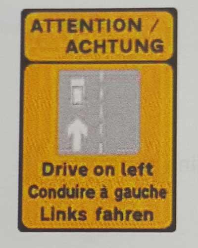 Sinais de trânsito incluindo faixa de pedestre em inglês Achtung-2