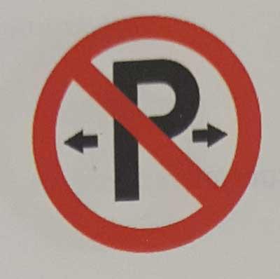 Sinais de trânsito incluindo faixa de pedestre em inglês Parking-prohibited