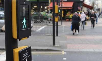 Sinais de trânsito incluindo faixa de pedestre em inglês Pufin crossing