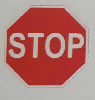 Sinais de trânsito incluindo faixa de pedestre em inglês Stop