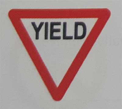 Sinais de trânsito incluindo faixa de pedestre em inglês Yield