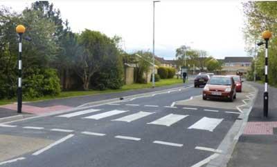 Sinais de trânsito incluindo faixa de pedestre em inglês Zebra-Crossing