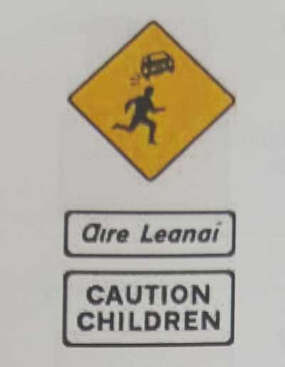 Sinais de trânsito incluindo faixa de pedestre em inglês caution-children