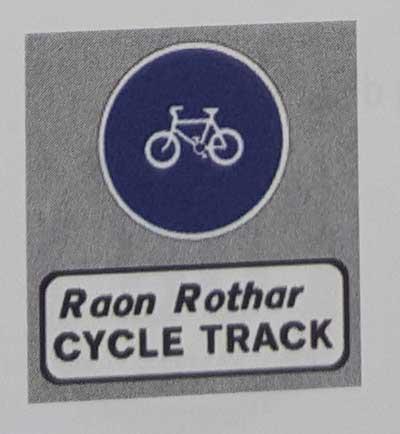 Sinais de trânsito incluindo faixa de pedestre em inglês cycle-track