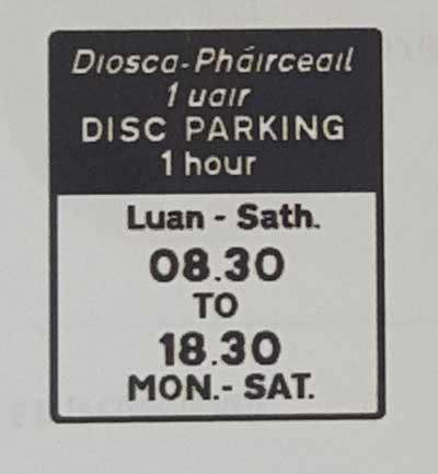 Sinais de trânsito incluindo faixa de pedestre em inglês disc-parking