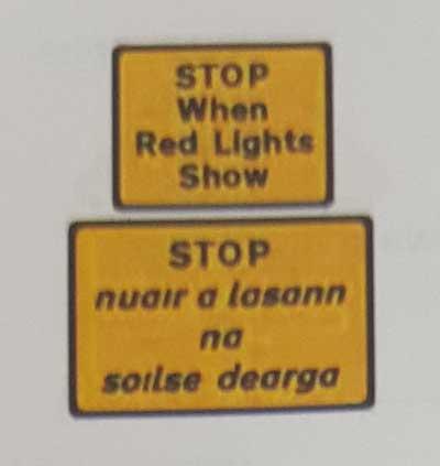 Sinais de trânsito incluindo faixa de pedestre em inglês stop-red-lights-show