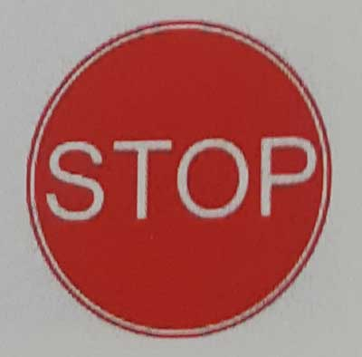 Sinais de trânsito incluindo faixa de pedestre em inglês stop-roadworks